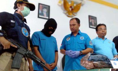 Tersangka (memakai penutup kepala) saat digelandang di Kantor BNN Kabupaten Malang