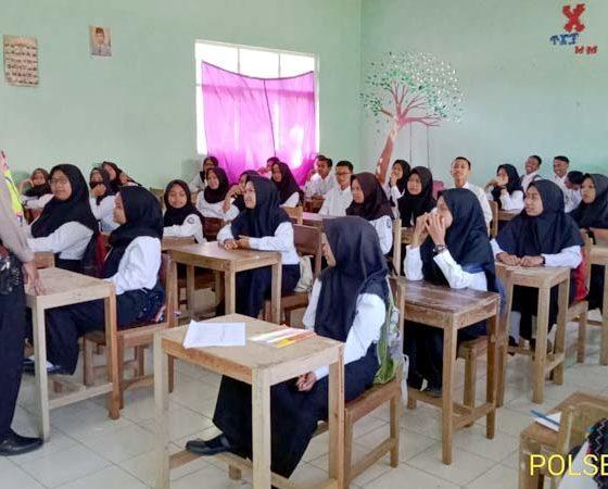 Bripka Anton Sugiyanto SH MH saat mendidik pelajar. (ist)