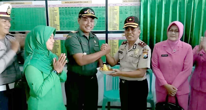 Peringati HUT TNI ke-74, Polsek Turen Bawakan Tumpeng