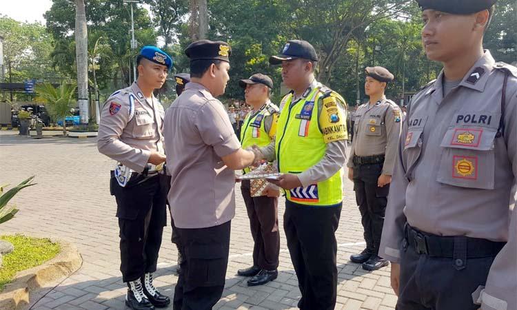 Bripka Anton Sugiyanto SH MH terima penghargaan dari Wakapolres Malang, Kompol Anggun Deddy Sisworo, SIK, MIK. (ist)