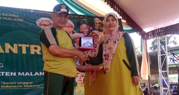 Bupati Malang Drs HM Sanusi Terima CD Senam Santri dari Ketua Fatayat NU Kabupaten Malang. (sur)