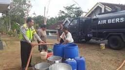 Dropping air bersih di salah satu desa wilayah Kecamatan Donomulyo. (Sur)