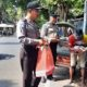 TERIMAKASIH : Seorang tukang becak berterimakasih terima nasi kotak. (Humas Sat Binmas Polres Malang)