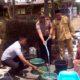 Kapolsek Gedangan AKP Irawan Tjatur P salurkan air bersih untuk warga Dusun Sumbernanas. (H Mansyur Usman/Memontum.Com)