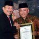 Penyerahan Penghargaan dari Menkes RI Terawan Agus Putranto kepada Bupati Malang Drs HM Sanusi MM. (Istimewa)