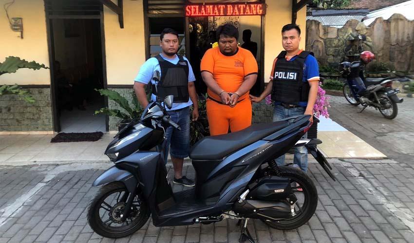 GEMUK : Tersangka Fahmi diapit petugas Polsek Singosari dan barang bukti motor curian. (ist)
