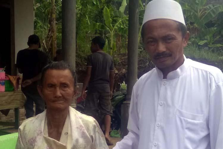 PEDULI : Kepedulian Abah Dur terhadap Mbok Sadiyem. (H.Mansyur Usman/Memontum.Com)