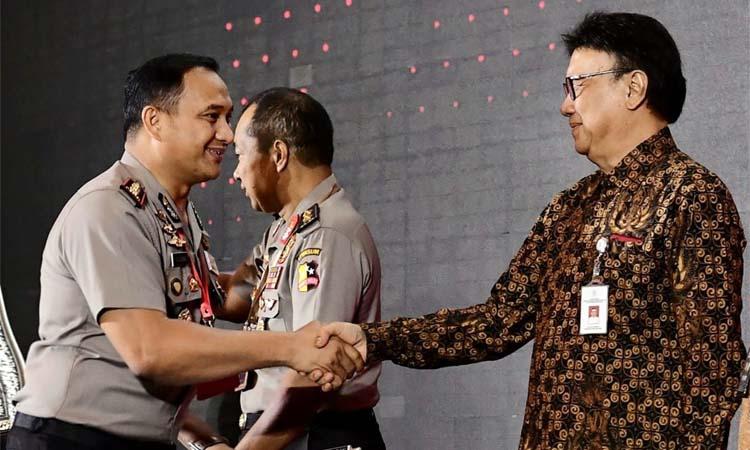 SELAMAT : Kapolres Malang AKBP Yade Setiawan Ujung SH SIK Msi saat mendapatkan ucapkan selamat dari Menpan RB Tjahjo Kumolo. (humas Polres Malang)
