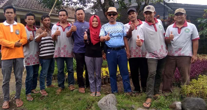 Maskur Hadi Priyono Bersama Organisasi Petani Bunga Grangsi. (H.Mansyur Usman/Memontum.Com)