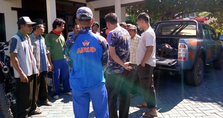 EVAKUASI : Jenazah dievakuasi dan langsung dibawa ke rumah duka di Donomulyo. (humas Polres Malang)
