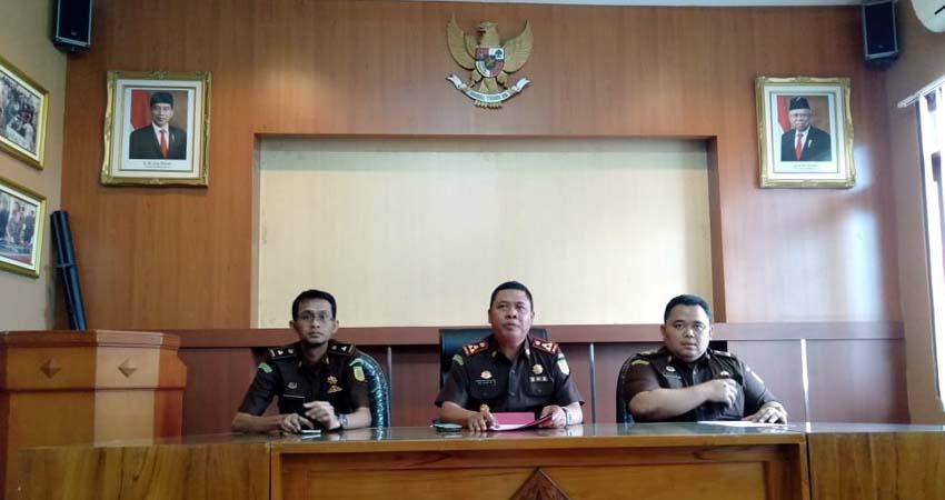Kepala Kejaksaan Negeri Kabupaten Malang, Abdul Qohar AF (tengah) saat konferensi pers di kantor kejaksaan setempat. (Sur)