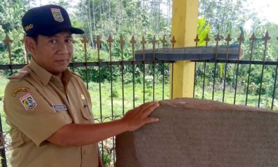 H Duriadi Kepala Desa Tanggung di lokasi Prasasti Watu Godek. (sur)