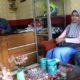 LAPOR : Istri Debby saat berdiskusi dengan Iptu Supriyono, Kanit Reskrim Polsek Singosari. (ist)