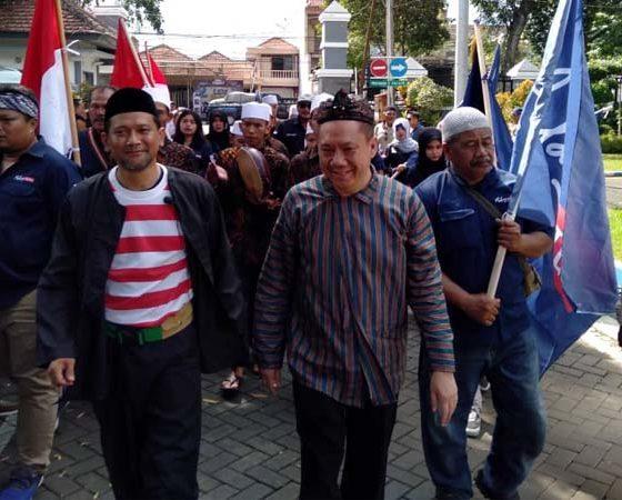 Bacabup dan Bacawabup Malang Jalur Independen menuju KPU Kabupaten Malang. (Sur)