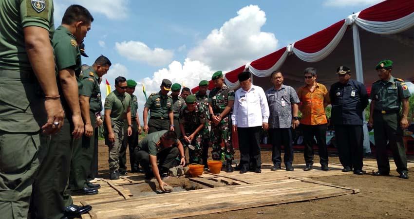 Pangdam V Brawijaya Mayjen TNI R Wisnoe Prasetja Boedi Melakukan Peletakan Batu Pertama. (ist)