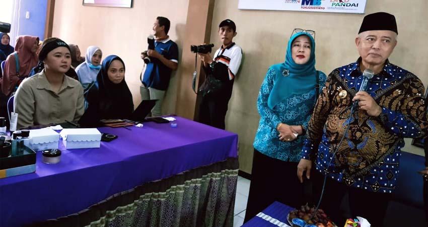 Bupati Malang Drs HM Sanusi MM Bersama Rombongan saat meninjau stand Disnaker. (ist)