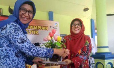 Disnaker Kabupaten Malang Menyerahkan Hasil Pelatihan Kepada Ketua TP.PKK Kabupaten Malang. (Sur)
