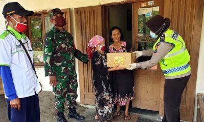 Bagi Sembako, Polisi Didoakan Nenek Sepuh Poncokusumo
