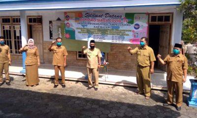 Kades Purwoharjo Muhyidin bersama perangkat desa. (sur)