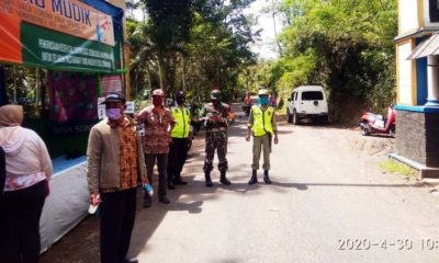 Yadiono Kepala Desa Sonowangi Bersama Unsur Muspika Ampelgading, Kesehatan, Linmas dan Relawan Covid-19. (Sur)