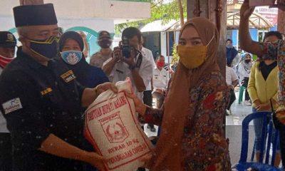 Bupati Malang HM Sanusi Beri Bantuan sembako secara simbolis kepada CPMI yang tertunda Kerja Keluar Negeri. (Sur)