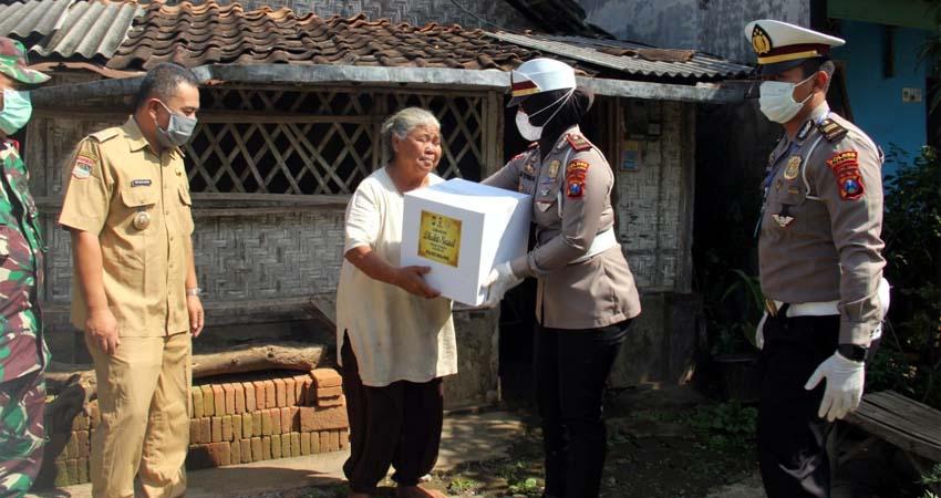 Kasat Lantas Polres Malang, AKP Diyana Suci Listywati SIK dan Ipda Agus Yulianto memberikan paket sembako. (Humas Polres Malang)