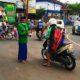 Pembagian Takjil di kawasan Jl Raya Talangagung Kepanjen. (Sur)