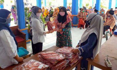 Kepala Desa Sananrejo Hj Erna Yustining AMD Saat Menyerahkan Tali Asih. (sur)