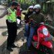 Pemeriksaan Kendaraan di Posko Perbatasan Kabupaten Lumajang. (sur)