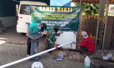 Karya Bakti TNI-AD, Koramil Turen Pasang Wastafel di Beberapa Titik
