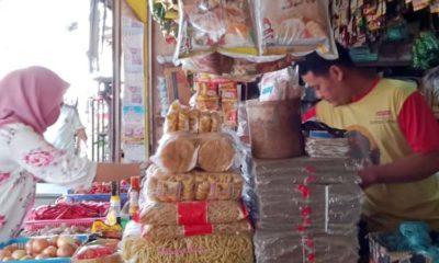 Syaiful, pedagang sembako yang sedang melayani pelangan di pasar Kepanjen Kabupaten Malang. (mg2)