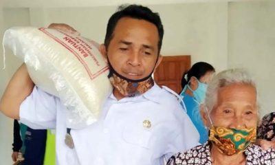 Kades Pujiharjo Hendik Arso Serahkan Sembako Secara Simbolis. (Sur)
