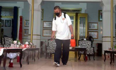 Petugas Tim Gugus Tugas Percepatan Penanganan Covid-19 Kab Malang, saat melakukan penyemprotan desinfektan di ruang tamu Pringgitan Pendapa Agung Kab Malang, Jalan KH Agus Salim, Kec Klojen, Kota Malang