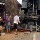 Terjungkirnya truk crane Kato di Turen. (ist for memontum.com)