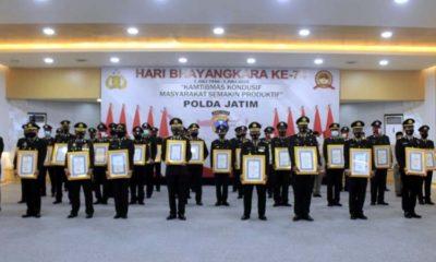 Aipda Anton Sugiyanto SH MH saat bersama Kapolda Jatim dan Jajaran Polres Berprestasi. (ist)