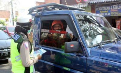 Kasat Lantas Polres Malang, AKP Diyana Suci Listyawati SIK sosialiasi dan ingatkan pengendara agar taat rambu serta pemakaian masker di masa pandemi Covid-19. (Humas Polres Malang)