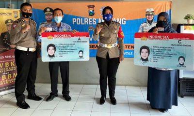 Kanit Regident Satlantas Polres Malang dan Kasat Lantas Polres Malang saat penyerahan simbolis SIM Gratis. (Humas Polres Malang)