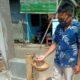 Ismanto ketua pengurus Kampung santri tangguh saat mempraktekan tempat cuci tangan dari bambu