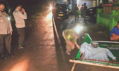 Kapolres Malang, AKBP Hendri Umar disela kegiatan penurunan baliho FPI.