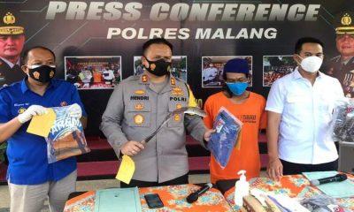 Kapolres Malang, AKBP Hendri Umar menunjukkan BB sebilah celurit yang digunakan pelaku untuk menghabisi Dulmanan (42).