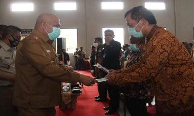 Pjs Bupati Malang, Sjaichul Ghulam, menyerahankan sertifikat program PTSL yang dilakukan di Balai Desa Randuagung, Kecamatan Singosari.