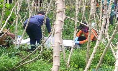 Proses evakuasi jenazah A (13) dari tengah ladang singkong.